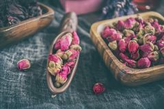 Asciughi i germogli rosa per tè e secchi e secchi in zucchero dell'ibisco Tè cinese dal Yunnan Bi Lo Chun Copi lo spazio Fotografia Stock