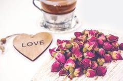 Asciughi i germogli rosa per tè e secchi e secchi in zucchero dell'ibisco Tè cinese dal Yunnan Bi Lo Chun Copi lo spazio La vista Fotografie Stock