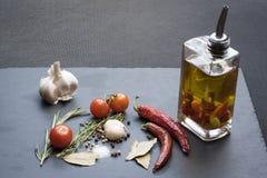Asciughi i peperoncini, i pomodori, l'aglio ed il condimento roventi Immagine Stock