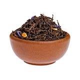 Asciughi il tè nero in una tazza dell'argilla da sopra Fotografie Stock
