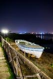 Asciughi la barca bianca messa in bacino con la disposizione blu Fotografie Stock