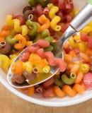 Asciughi la ciotola colorata della pasta e lo spoo rossi, verdi, arancio, gialli, bianchi Immagini Stock Libere da Diritti