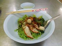 Asciughi la tagliatella verde dell'uovo con carne di maiale ed il wonton verde Immagini Stock Libere da Diritti