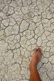 Asciughi la terra incrinata con il mio piede Fotografie Stock Libere da Diritti