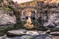 穿过热那亚人的桥梁的河在Asco在可西嘉岛 库存照片