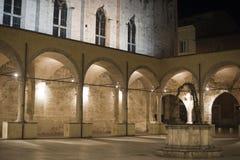 Ascoli Piceno (marços, Italy): Claustro em a noite Fotografia de Stock Royalty Free