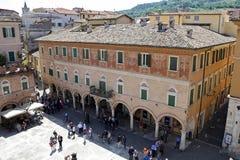 Ascoli Piceno (Marche, Italia) - la plaza principal, Piazza del Popolo Imagen de archivo libre de regalías