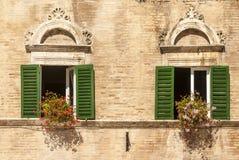 Ascoli - Windows con i fiori del palazzo storico Immagine Stock