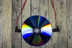 Ascolta la musica dal disco del CD, concetto della tecnologia Fotografie Stock