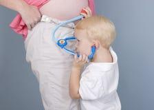 Ascoltando il battito cardiaco del bambino Fotografie Stock Libere da Diritti