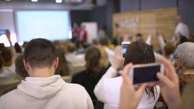 Ascoltando il discorso sull'introduzione sul mercato e la gestione di società per azioni le riuscite vendite Parli della politica video d archivio