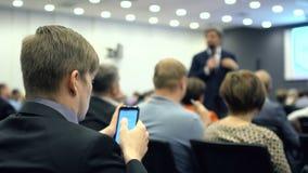 Ascoltando il discorso sull'introduzione sul mercato e sulla gestione video d archivio