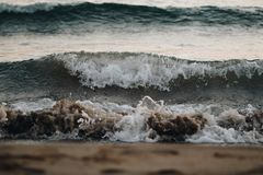 Ascoltando l'onda dentellata delle onde fotografia stock