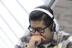 Ascoltando la musica in pubblico fotografia stock