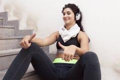 Ascoltare di rilassamento del giovane corridore femminile la musica Immagini Stock Libere da Diritti