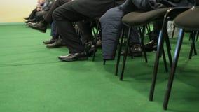 Ascoltatori che si siedono nelle sedie nel corridoio della stampa durante il seminario agricolo video d archivio