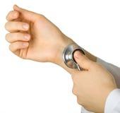 Ascolti il battito cardiaco tramite uno stetoscopio fotografia stock