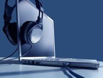 Ascolto del computer portatile Fotografia Stock Libera da Diritti