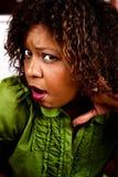 Ascolto grazioso della donna dell'afroamericano immagini stock libere da diritti