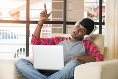 Ascolto maschio indiano adolescente Fotografie Stock