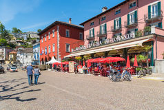 Ascona localizó en la orilla del lago Maggiore, Tesino, Suiza Imagenes de archivo