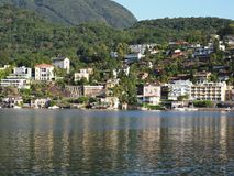 ASCONA-loppstad i SCHWEIZ med scenisk sikt av sjön Maggiore Royaltyfri Foto