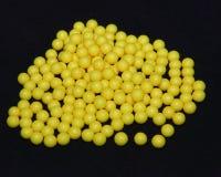 Ascorbinezuurpillen op zwarte vorm, gele ronde tabletten, vitamine C stock afbeelding