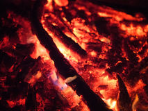 Ascua caliente que brilla intensamente en la oscuridad foto de archivo