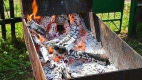 Ascuas ardiendo, carbón de leña que se prepara para hacer el Bbq en metal mangal almacen de metraje de vídeo