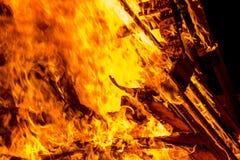 Ascuas de las plataformas de madera ardientes Imagen de archivo libre de regalías
