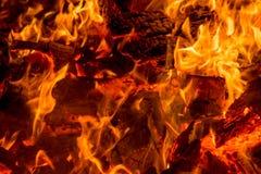 Ascuas de las plataformas de madera ardientes Fotos de archivo