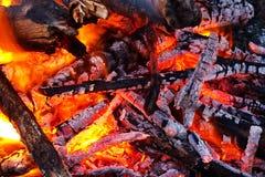 Ascuas que brillan intensamente en fuego ardiente imagenes de archivo