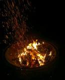 Ascuas de un fuego fotos de archivo libres de regalías