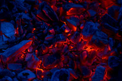 Ascuas que arden como fondo Foto de archivo