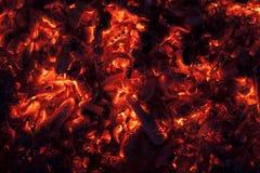Ascuas que brillan intensamente en color rojo caliente Fotos de archivo libres de regalías