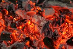 Ascuas que brillan intensamente en el color rojo caliente, fondo abstracto imagen de archivo