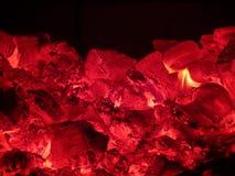 Ascuas y el fuego en la estufa en ruso Karelia fotografía de archivo libre de regalías