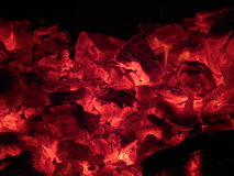Ascuas y el fuego en la estufa en ruso Karelia foto de archivo