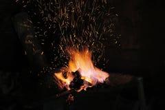 Ascuas y Flamme de la fragua de un forjador Imágenes de archivo libres de regalías