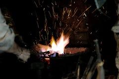 Ascuas y Flamme de la fragua de un forjador Foto de archivo libre de regalías