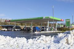Asda超级市场在冬天雪的加油站适应 免版税图库摄影