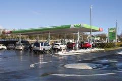 Asda超级市场在冬天雪的加油站适应 免版税库存照片