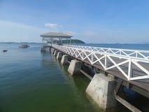 Asdang-Brücke, weißer hölzerner Outreach zum ruhigen blauen Meer lizenzfreie stockbilder
