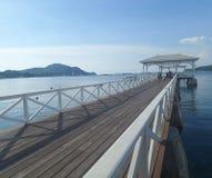 Asdang-Brücke, weißer hölzerner Outreach zum ruhigen blauen Meer stockbilder