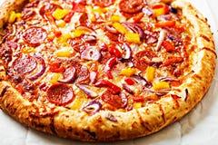 Ase a la parilla los salchichones, la pimienta roja y la pizza de la cebolla roja foto de archivo libre de regalías