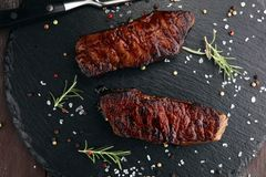 Ase a la parilla Rib Eye Steak o el filete de grupa - seque el bistec de costilla envejecido de Wagyu fotos de archivo