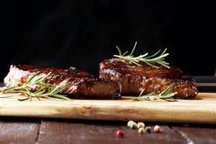 Ase a la parilla Rib Eye Steak o el filete de grupa - seque el bistec de costilla envejecido de Wagyu imagen de archivo libre de regalías