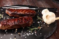 Ase a la parilla Rib Eye Steak o el filete de grupa - seque el filete envejecido del bistec de costilla de Wagyu foto de archivo