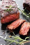Ase a la parilla Rib Eye Steak o el filete de grupa - seque el filete envejecido del bistec de costilla de Wagyu fotos de archivo
