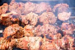Ase a la parilla un cerdo del kebab en los pinchos sobre el carbón de leña fotos de archivo libres de regalías